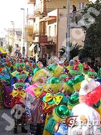 gruppo mascherato al carnevale di casarano