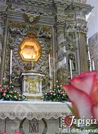 altare della chiesa dedicato alla madonna della campana