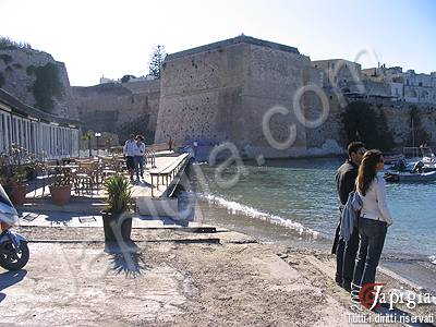 otranto, il porto e le mura del castello